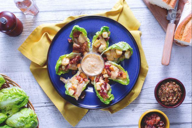 Ricetta caesar salad di pollo su lattuga baby