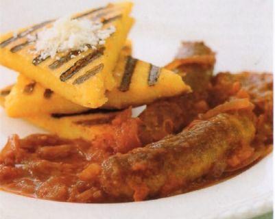 Polenta grigliata con sugo di pomodoro e salsiccia