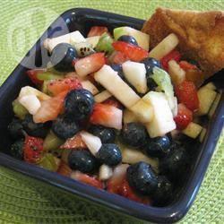 Macedonia di frutta con tortillas croccanti alla cannella