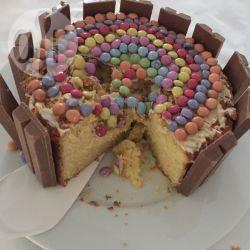 Torta di compleanno facile con kitkat® e smarties®