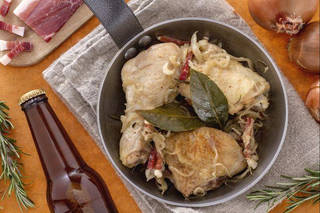 Ricetta pollo alla birra con cipolle e speck