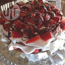Torta al cioccolato con fragole e panna