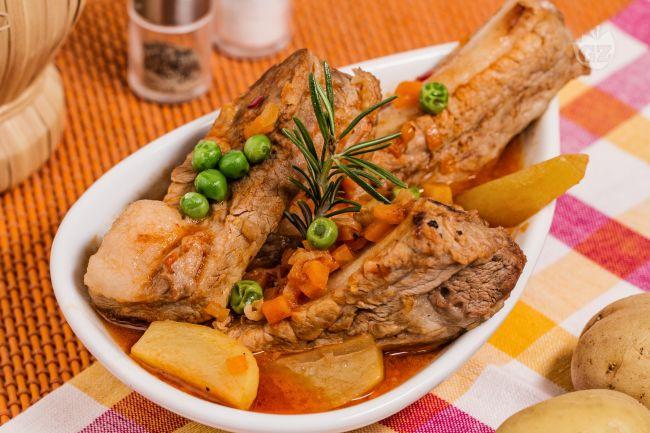 Ricetta costine con piselli e patate