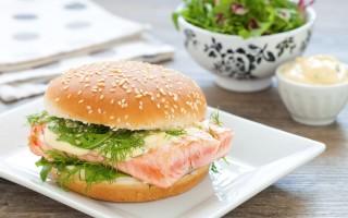 Ricetta burger con salmone ai ferri, misticanza e maionese alle erbe ...