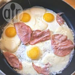 Uova al tegamino con prosciutto e mozzarella