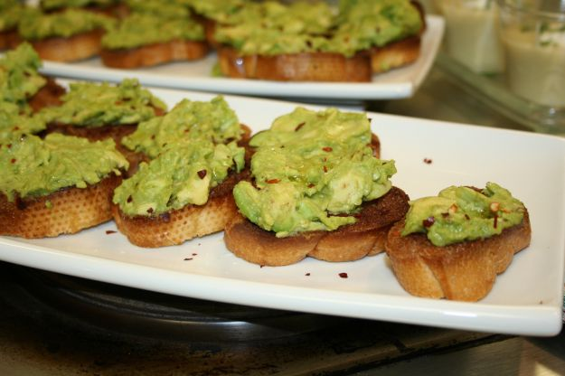 Ricetta crostini con salsa di avocado