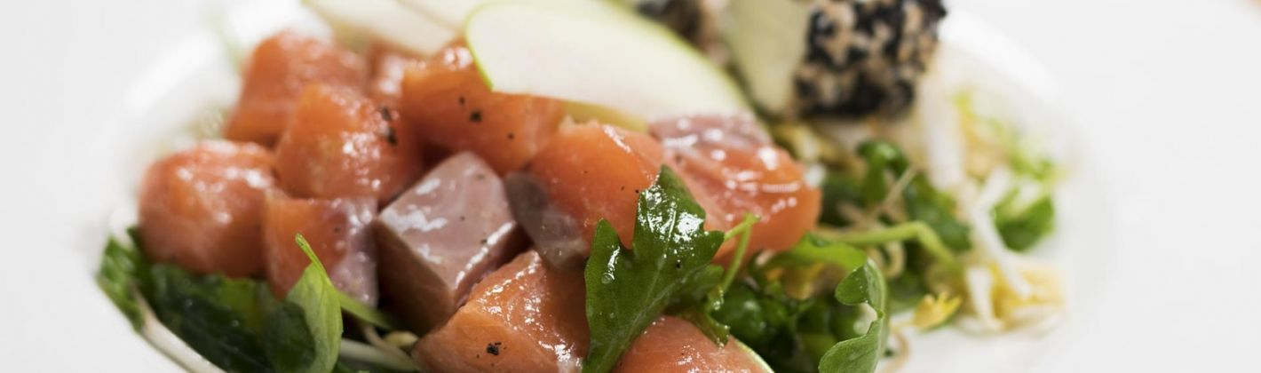 Salmone norvegese a cubetti marinato con arancia, mela verde e ...