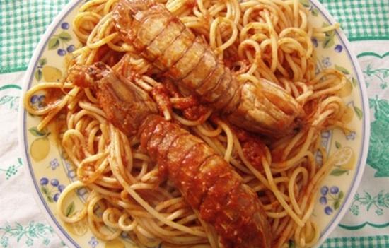 Spaghetti con sugo di canocchie