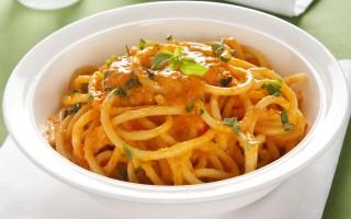 Ricetta bucatini con salsa ai peperoni