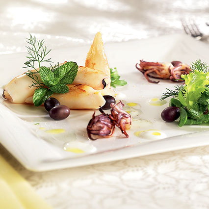 Insalatina di calamaretti e olive con salsa allo yogurt e misticanza ...