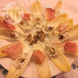 Barchette di indivia belga con gorgonzola e noci