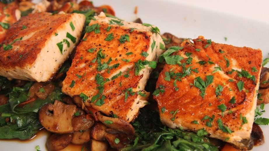 Salmone marinato con funghi e spinaci