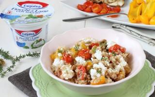Ricetta insalata di quinoa con verdure, noci e fiocchi di formaggio ...