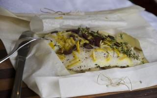 Ricetta branzino al cartoccio con limone, timo e olive