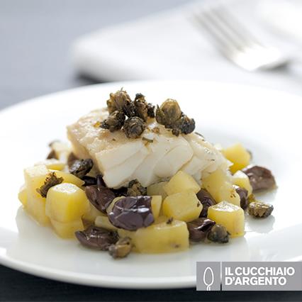 Baccalà al tè nero con patate, olive e capperi fritti