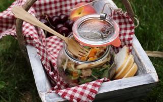 Ricetta insalata con pollo, carote e sesamo nel barattolo
