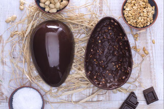 Ricetta uovo di pasqua al cioccolato fondente e arachidi