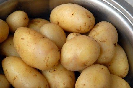Ricetta patate farcite con uova e acciughe