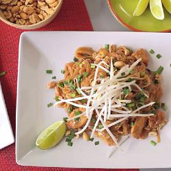 Pad thai con pollo (spaghetti fritti tailandesi)