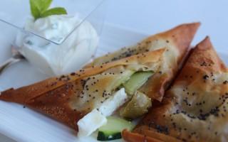 Ricetta triangoli croccanti con feta cetrioli e olive