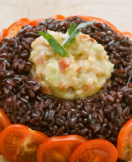 Savarin di riso venere e gamberi di fiume con salsa guacamole