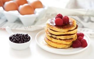 Ricetta pancake al latte condensato con gocce di cioccolato e lamponi
