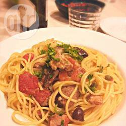 Spaghetti al tonno fresco, olive e capperi