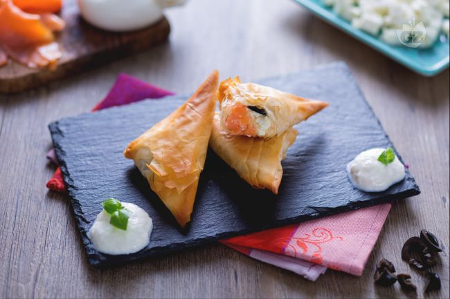 Ricetta triangolini di pasta phillo al salmone con crema di burrata ...