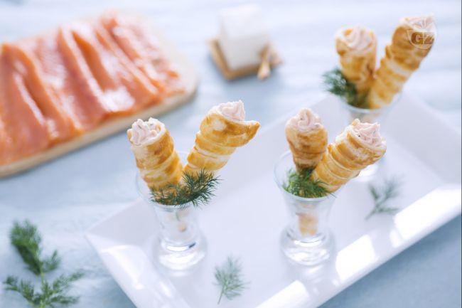 Ricetta mini cornetti di sfoglia alla crema di salmone e formaggio ...