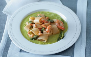 Ricetta calamarata con gamberi al passito e asparagi