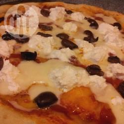 Pizza con ricotta e olive