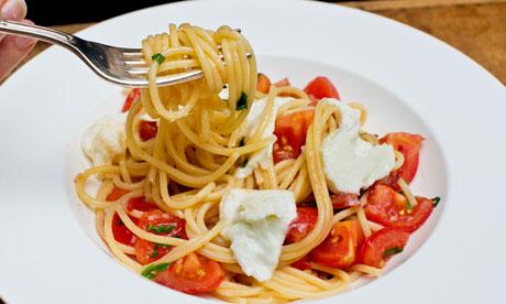 Spaghetti peperoni e mozzarella