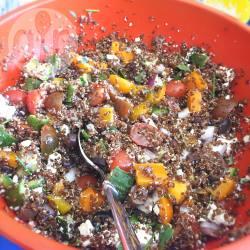 Insalata vegetariana con quinoa rossa