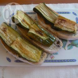 Bruschettine di pane alle olive con zucchine grigliate