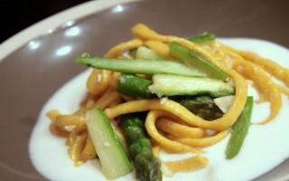 Ricetta scialatielli al limone con baccalà e asparagi su crema di bufala