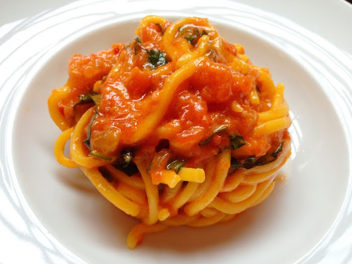 Spaghetti con bottarga e olive