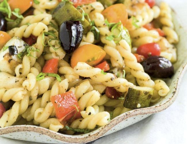 Insalata di pasta con verdure estive grigliate