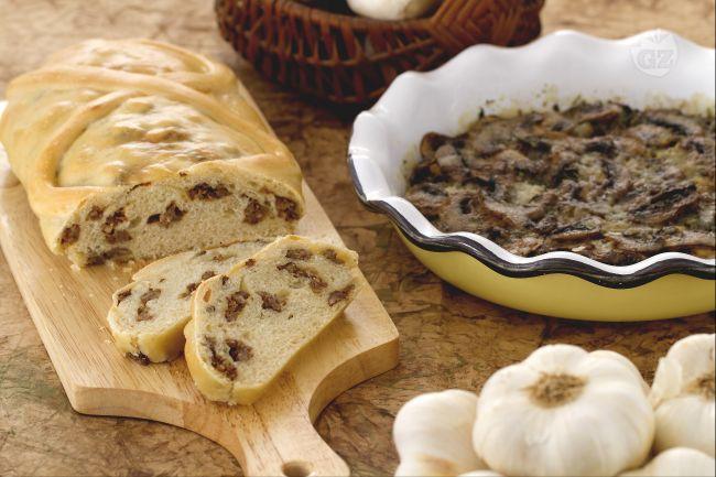 Ricetta strudel di pane ripieno di salsiccia e teglia di funghi saporiti ...