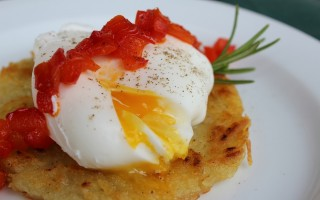 Ricetta rosti di patate con uovo poché e peperoni