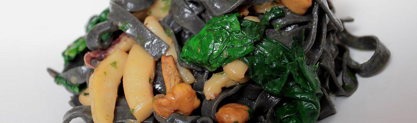 Ricetta pasta con funghi e seppie in nero