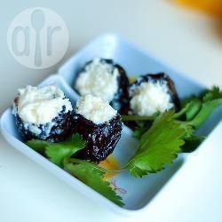 Prugne ripiene con formaggio e aglio