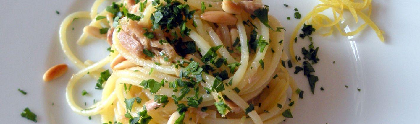 Ricetta spaghetti con tonno pinoli e limone