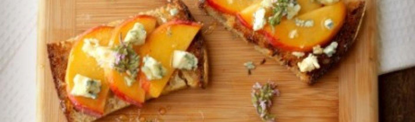 Ricetta bruschetta con pesche e formaggio
