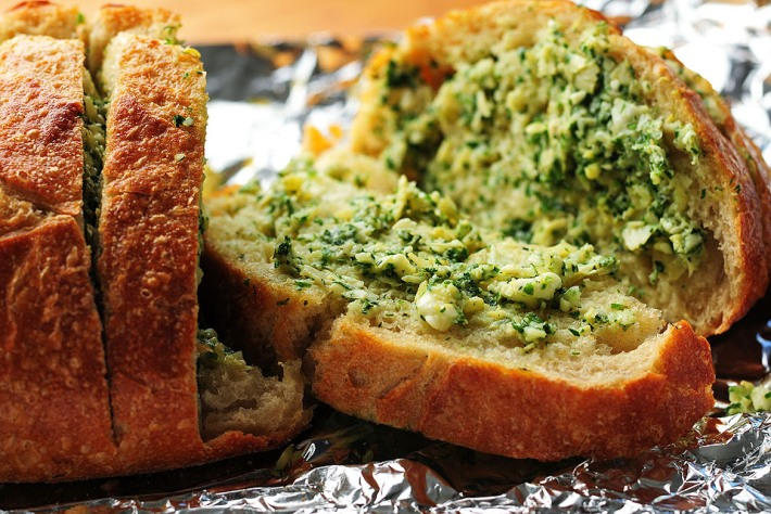 Pane all'aglio, feta e carciofi