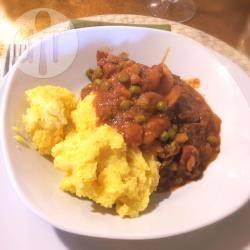 Polenta con spezzatino alle patate e piselli