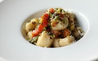 Ricetta gnocchi di ricotta al sugo di zucchine e pomodori ...