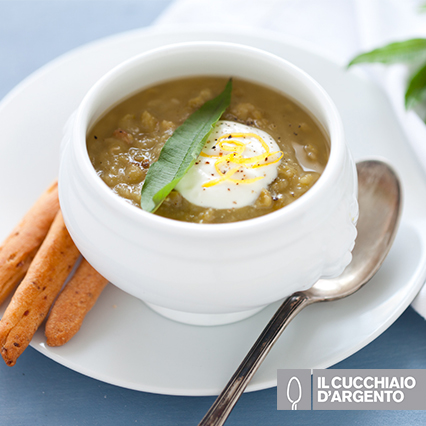 Zuppa di piselli con panna acida al limone e grissini alla pancetta ...