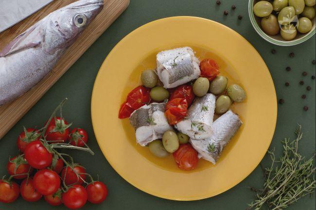 Ricetta merluzzo al vapore con olive verdi e pomodorini
