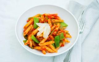 Ricetta pasta con le taccole al pomodoro e ricotta salata