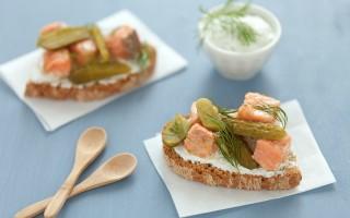 Ricetta bruschetta con salmone, cetriolini e yogurt